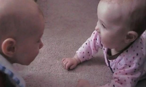 Βίντεο: Το ένα μωρό... τρομάζει το άλλο!