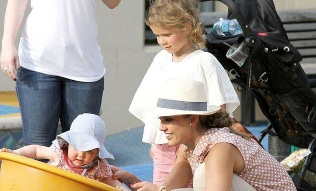 Jessica Alba: Παίζοντας με τις κόρες της στο πάρκο