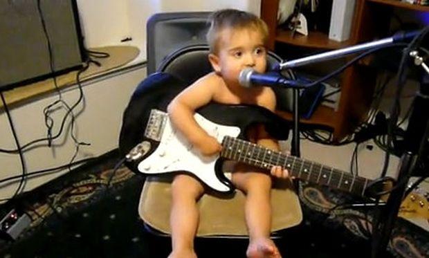 Video: 20 μηνών μπόμπιρας παίζει κιθάρα και τραγουδάει!