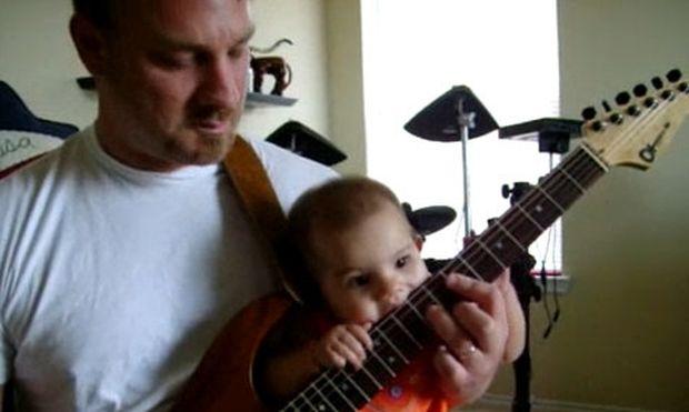 Video: Κοριτσάκι λίγων μηνών παίζει κιθάρα!