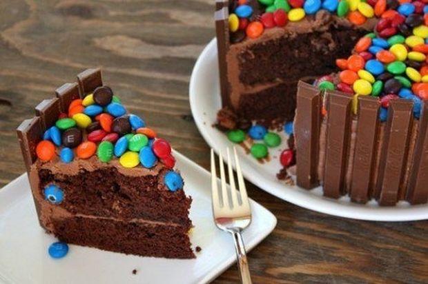 Μια πεντανόστιμη πολύχρωμη τούρτα