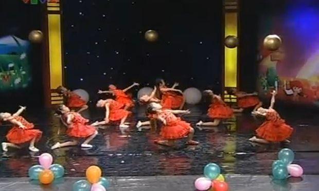 Βίντεο: Μικρές χορεύτριες από το Βιετνάμ!