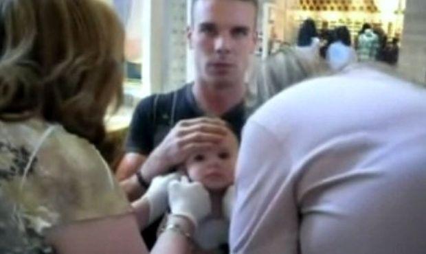 Βίντεο: Άουτς! Δείτε τον μπαμπά να πηγαίνει την κόρη για τρύπημα των αυτιών της!