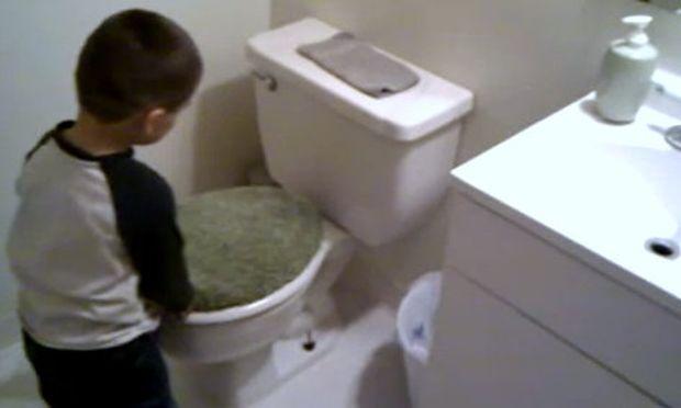 Βίντεο: Ο Τίμι συναντά το... τέρας της τουαλέτας