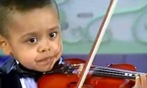 Βίντεο: Παιδί θαύμα, μόλις τριών χρονών, παίζει βιολί μπροστά σε διάσημο μαέστρο!