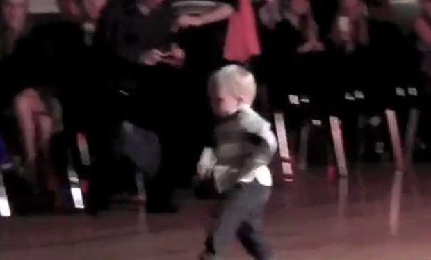 Βίντεο: Ο απίθανος χορός ενός αγοριού 2 χρονών!