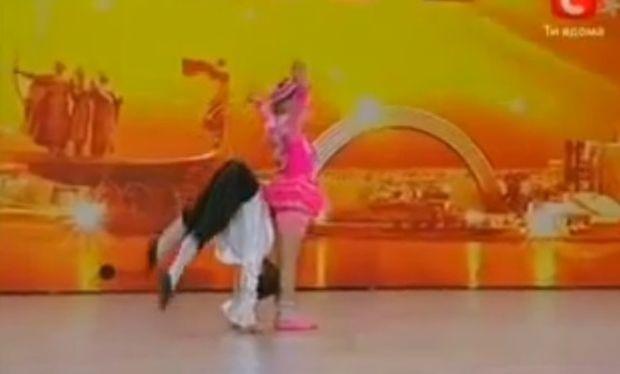 Βίντεο: Απίθανα ακροβατικά από ένα ζευγάρι λιλιπούτειων χορευτών