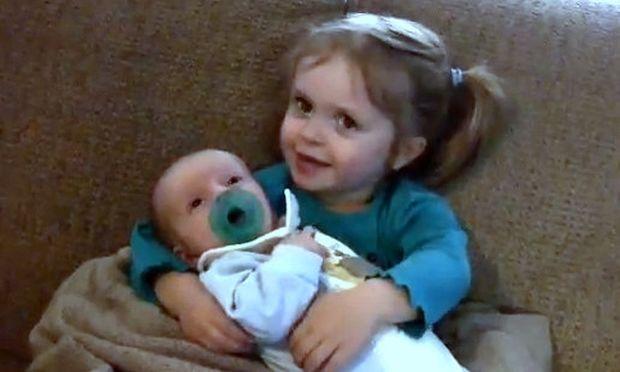 Βίντεο: Η πιο γλυκιά αγκαλιά για ένα μωρό!