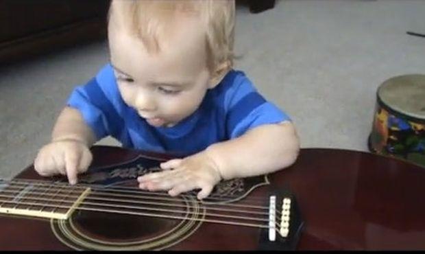 Βίντεο: Το χαριτωμένο αγοράκι που παίζει κιθάρα με... έξι δάχτυλα σε κάθε χέρι!