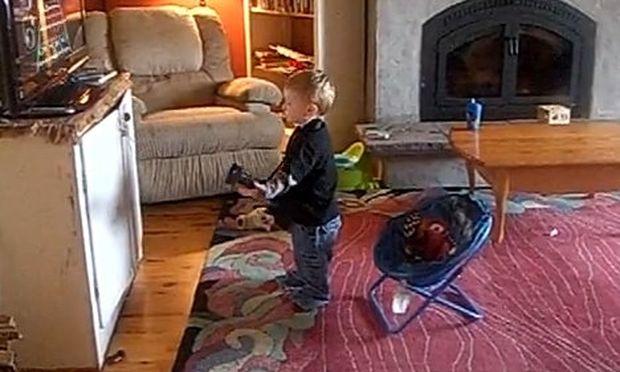 Βίντεο: Μπόμπιρας μιμείται από την τηλεόραση για να παίξει κιθάρα!