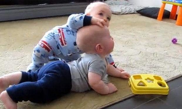 Βίντεο: Δείτε δύο μωρά να... παλεύουν!
