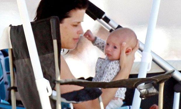 Neve Campbell: Με το νεογέννητο μωρό της στην παραλία