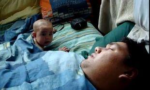 Βίντεο: Δείτε πώς αντιδρά το μωρό όταν ο μπαμπάς του ροχαλίζει!