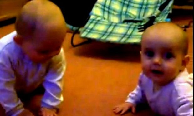 Βίντεο: Δύο χαριτωμένα δίδυμα παίζουν και μας κάνουν να γελάσουμε!