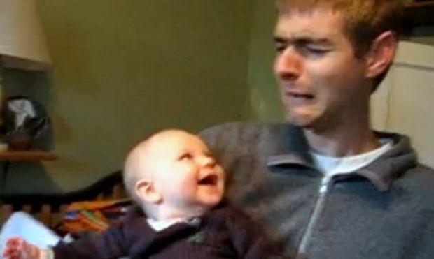 Βίντεο: Ο μπαμπάς κλαίει και η Λίντια γελάει!