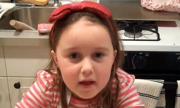 Βίντεο: Πιτσιρίκα μαγειρεύει πίτσες σε σχήμα καρδιάς!