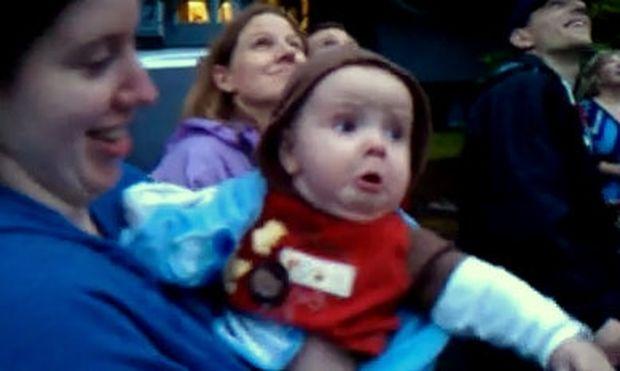 Βίντεο: Δείτε πώς αντιδρά μωρό όταν βλέπει για πρώτη φορά πυροτεχνήματα!