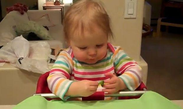 Βίντεο: Μωρό δοκιμάζει για πρώτη φορά μπρόκολο!