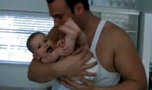 Βίντεο: Ο μπαμπάς τη φιλάει και εκείνη ξεκαρδίζεται!
