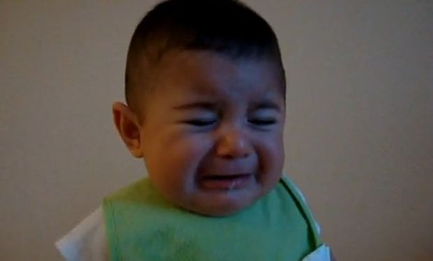 Βίντεο: Το μωρό κλαίει όταν ακούει συγκεκριμένο μούγκρισμα από τον πατέρα του