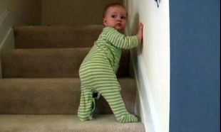 Απίστευτο βίντεο! Μπόμπιρας 5 μηνών ανεβαίνει σκαλοπάτια!