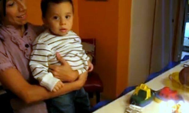 Βίντεο: Ακούει το τραγούδι των γενεθλίων και βάζει τα κλάματα!