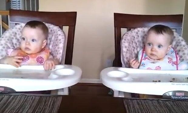 Βίντεο: Δίδυμα κοριτσάκια ενθουσιάζονται όταν ο μπαμπάς τους παίζει κιθάρα!