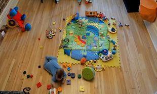 Βίντεο: Δείτε πώς ένα μωρό μπορεί να μετατρέψει το σαλόνι σε… χάος μέσα σε λίγη ώρα!