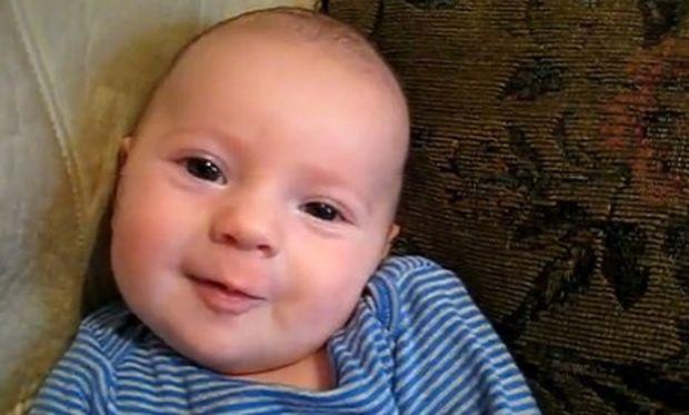 Βίντεο: Δύο μηνών μωρό λέει σ' αγαπώ (i love you)