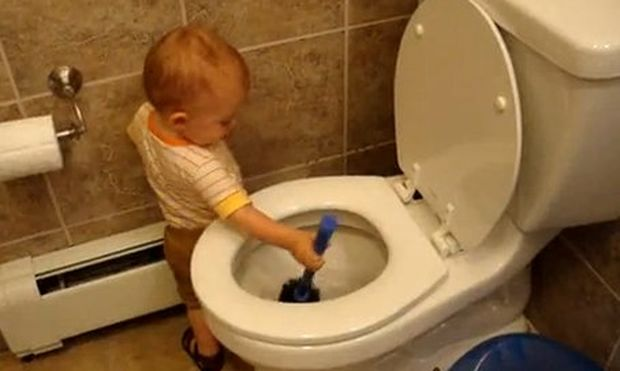 Βίντεο: Όταν ένα μωρό καθαρίζει την τουαλέτα!