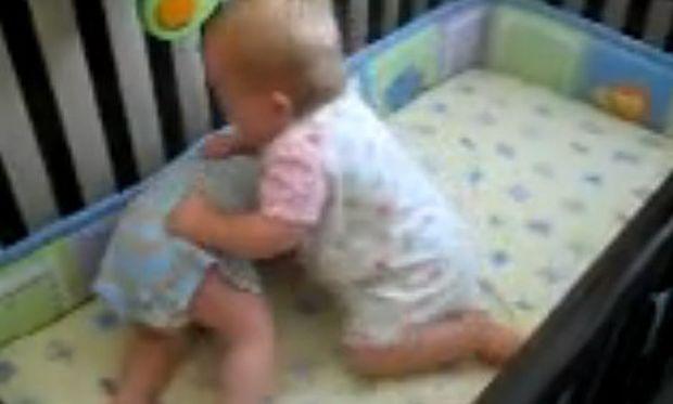 Βίντεο: Μωρά σε αγώνα... Wrestling!