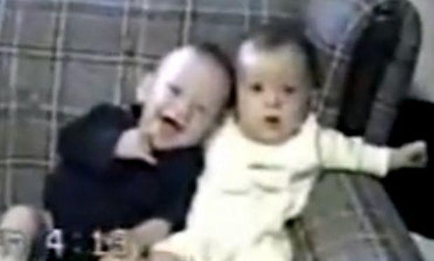 Βίντεο: Το ένα μωρό έχει λόξυγκα, το άλλο γελάει!