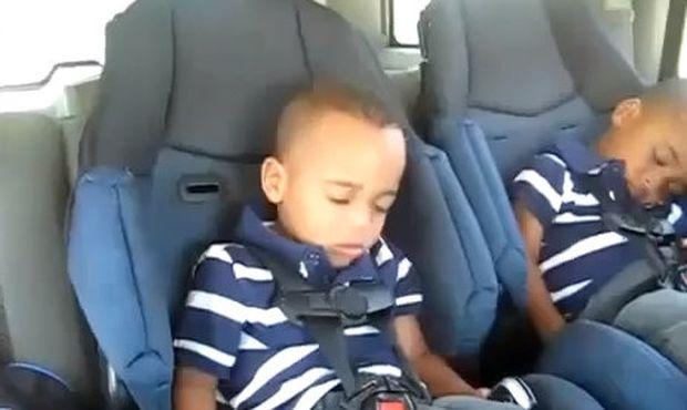 Βίντεο: Μπόμπιρας ξυπνάει και αρχίζει να… ραπάρει!