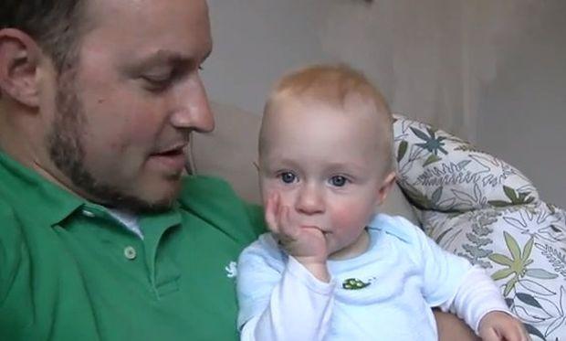Βίντεο: Ο μπαμπάς κάνει γκριμάτσες και το μωρό γελάει υστερικά!