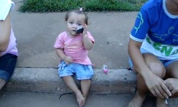 Βίντεο: Η κουβέντα μιας πιτσιρίκας με τον μπαμπά της στο τηλέφωνο!