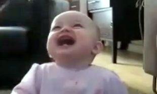 Βίντεο: Δείτε με τι ξεκαρδίζεται η μικρή...