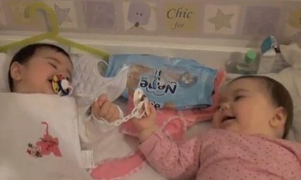 Βίντεο: Μωρά κοιτιούνται και γελάνε...