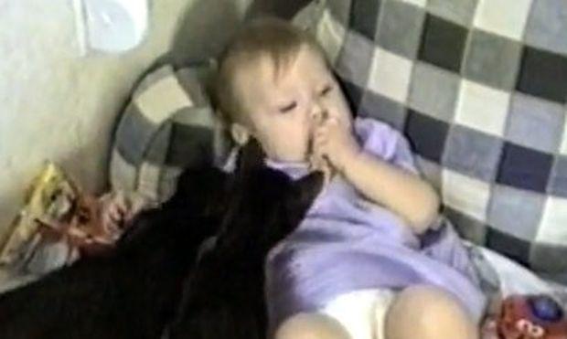 Βίντεο: Όταν μωρό και γάτα τρώνε μαζί!