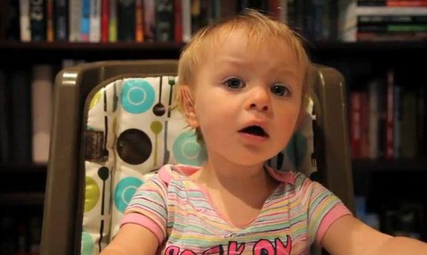 Βίντεο: Απεγνωσμένος μπαμπάς προσπαθεί να πείσει την κόρη του ότι είναι ο αγαπημένος της