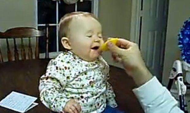 Βίντεο: Μωρό τρώει λεμόνι! Δείτε πώς αντιδρά!