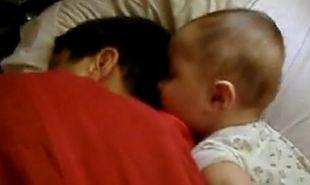 Βίντεο: Μωρό ξυπνάει τον μπαμπά του και εκείνος τρομάζει!