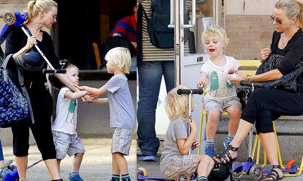 Naomi Watts: Ηρέμησε τους γιους της με… παγωτό!