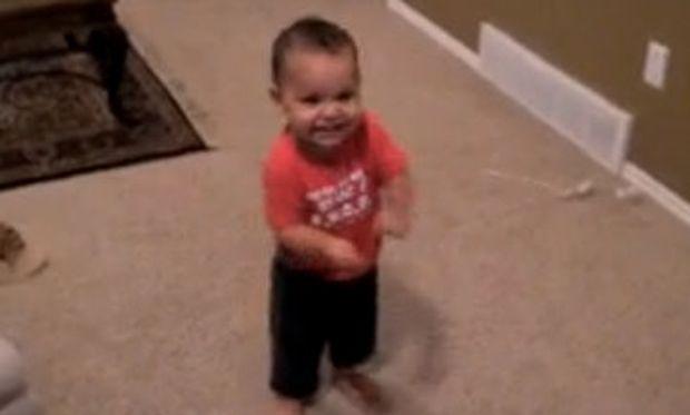 Βίντεο: Είναι μόλις 15 μηνών και χορεύει σάλσα!