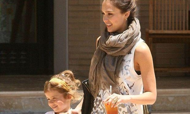 Jessica Alba: Μαθαίνει στα παιδιά της να κάνουν φιλανθρωπίες