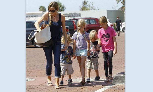 Denise Richards: Βγάζει βόλτα τα παιδιά του πρώην της Charlie Sheen