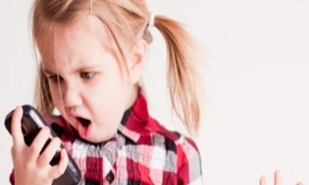 Ποια είναι η κατάλληλη ηλικία για να επιτρέψουμε στο παιδί μας τη χρήση κινητού τηλεφώνου;