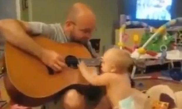 Βίντεο: Ο μπαμπάς παίζει κιθάρα και το μωρό... κοπανιέται!