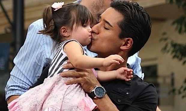 Mario Lopez: Με την κόρη του στα γυρίσματα της εκπομπής του
