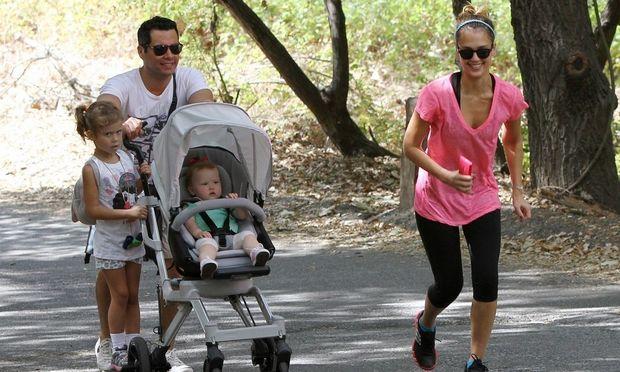 Jessica Alba: H μαμά τρέχει και ο μπαμπάς κάνει βόλτα με το καρότσι!