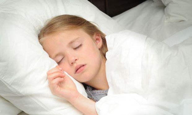 Πρέπει να αφήνω τα παιδιά μου να κοιμούνται παραπάνω όταν δεν έχουν σχολείο;